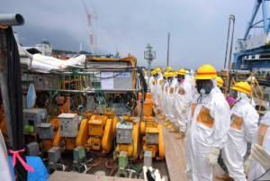 Ispettori presso Centrale nucleare di Fukushima, Giappone (Getty images)
