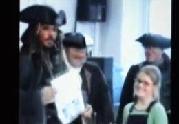 JOHNNY DEPP / Londra, l'attore vestito da pirata in una scuola della capitale inglese