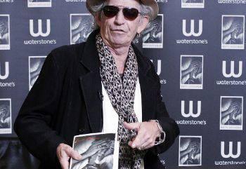 Keith Richards picchia e minaccia un giornalista a Parigi