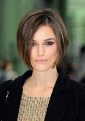 KEIRA KNIGHTLEY / Chanel, l'attrice si presenta alla sfilata parigina con un nuovo parrucco
