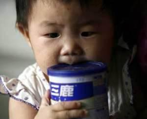 latte cinese 300x243 Latte avvelenato in Cina: 3 bambini uccisi dal nitrato, 39 ricoverati in ospedale
