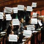 Manovra economica: il governo pone la fiducia alla Camera e scoppia la bagarre dai banchi della Lega