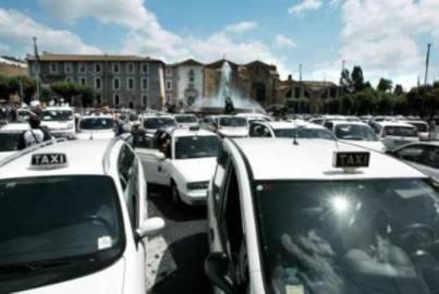 liberalizzazioni taxi 403x270 Dl liberalizzazioni: vincono i poteri forti, governo Monti fa dietrofront su taxi e farmacie