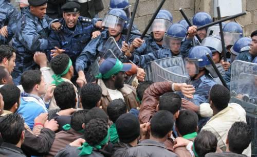 Libia: ad Al Baida i manifestanti impiccano due poliziotti
