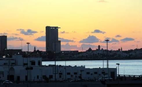 Guerra libica: colpito porto militare in terza notte di raid aerei, Gheddafi propone marcia pacifica su Bengasi