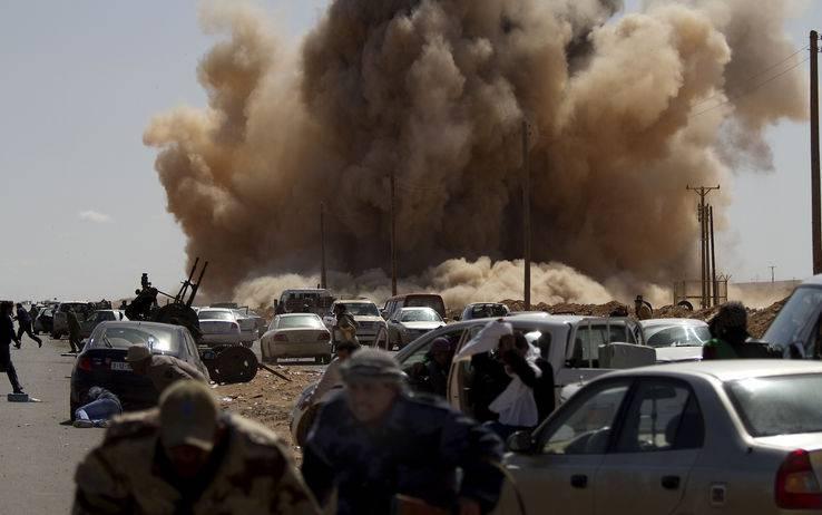 Guerra in Libia: raid Nato distruggono i tank di Gheddafi e uccidono 15 lealisti ad Ajdabiya