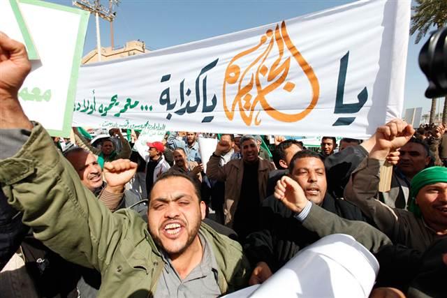 Libia: a Bengasi i manifestanti danno fuoco alla sede della radio di Stato