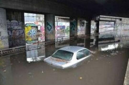Maltempo a Genova: apocalisse nel quartiere Marassi, un androne si trasforma in trappola mortale