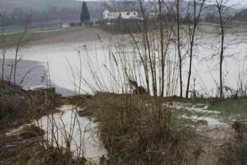 Maltempo in Italia: nelle Marche straripa il fiume, a Casette d'Ete muoiono padre e figlia