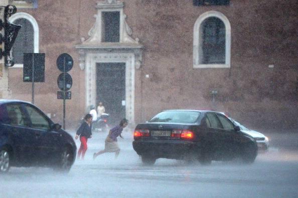 Maltempo, crolli a Roma. Due feriti per caduta di un albero
