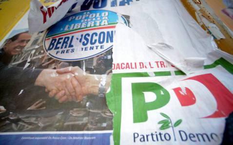 La 'battaglia' dei manifesti elettorali (FILIPPO MONTEFORTE/AFP/Getty Images)