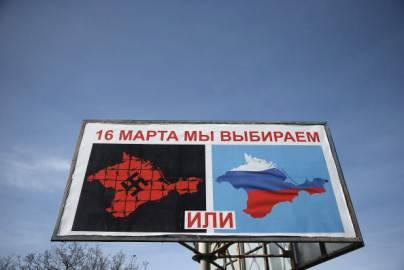 Manifesto su referendum adesione alla Russia, esposto per le strade a Sebastopoli, Crimea (Getty images)