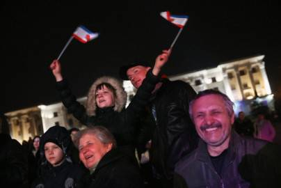 Manifestanti con la bandiera della Crimea in piazza a Simferpoli dopo l'annuncio del referendum (Getty images)