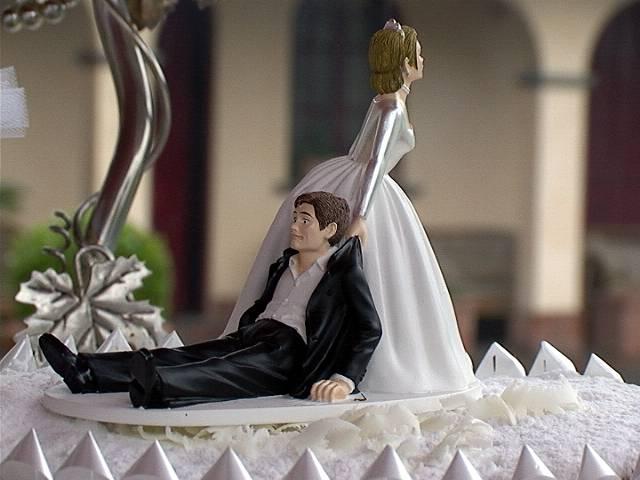 L'ex dello sposo si presenta al matrimonio e le nozze finiscono in rissa