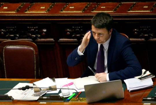Matteo Renzi con il suo pc portatile sul banco del governo alla Camera (GIUSEPPE CACACE/AFP/Getty Images)