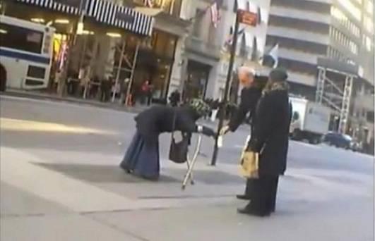 Truffa colossale: mendicante di giorno, bella ragazza di notte. Truffava 80mila euro l'anno! VIDEO!!!