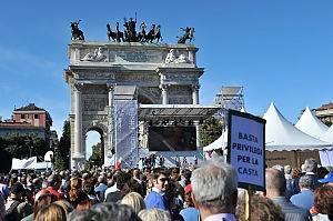 A Milano la manifestazione 'Ricucire l'Italia' di Libertà e Giustizia: sul palco anche Pisapia e Fo