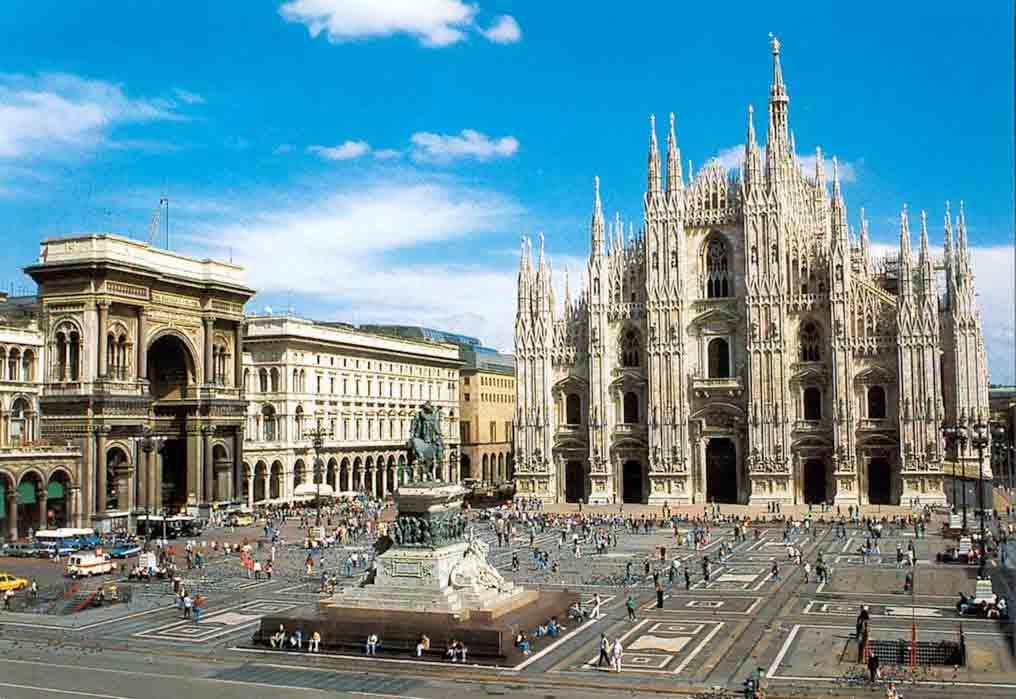 Milano, il mare dietro al Duomo:  lezioni di vela in piscina per i passanti