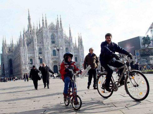 Allarme smog a Torino e Milano: stop alle auto fino alle 18, domenica si cammina a piedi