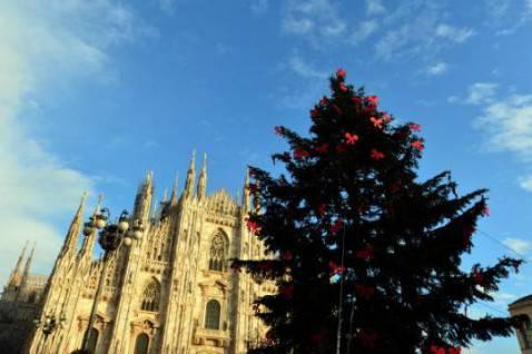 Albero di Natale davanti al Duomo di Milano (GIUSEPPE CACACE/AFP/Getty Images)