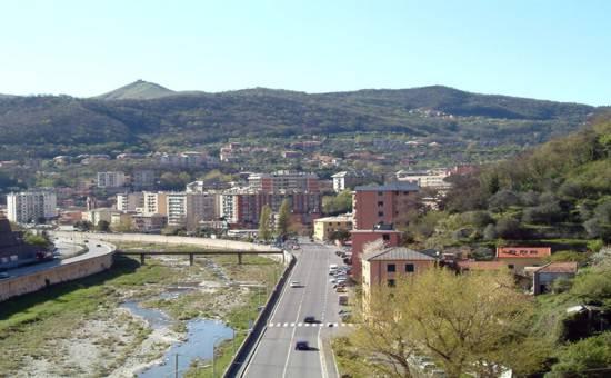 Genova, spara a due fratelli e alla moglie in un bar: l'uomo asserragliato in casa