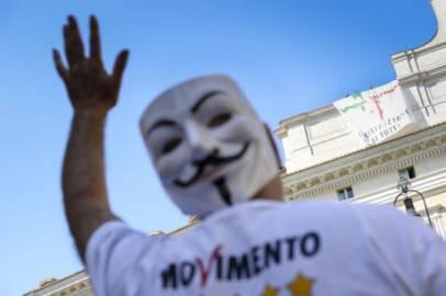 Una protesta del Movimento 5 Stelle sul tetto di Montecitorio (ANDREAS SOLARO/AFP/Getty Images)