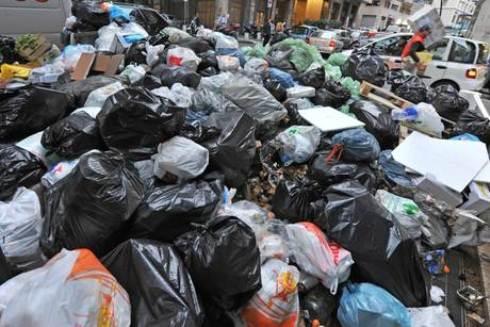 Emergenza rifiuti: a Napoli alta tensione, roghi di cassonetti anche a Palermo