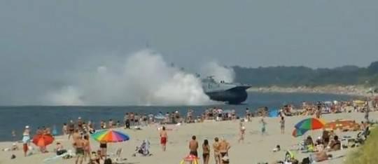 Mar Baltico: spettacolare approdo di una nave militare russa sulla spiaggia (Guarda il video)