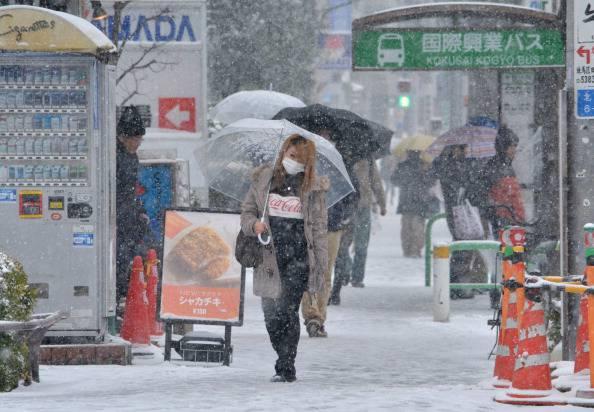 Tokyo, tempesta di neve: 2 morti e un centinaio di feriti