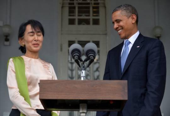 Barack Obama atterra in Birmania: incontro con Aung San Suu Kyi, poi vola in Cambogia