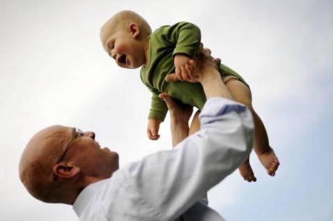 Un padre col figlio (BARBARA SAX/AFP/Getty Images)