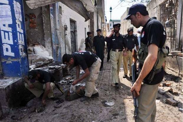 PAKISTAN / Autobomba, kamikaze si fa esplodere a Nord-Ovest del paese: 14 morti e 34 feriti