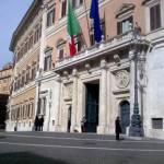 Roma, pensionato si dà fuoco nei pressi di Palazzo Chigi: ricoverato con ustioni alla gamba