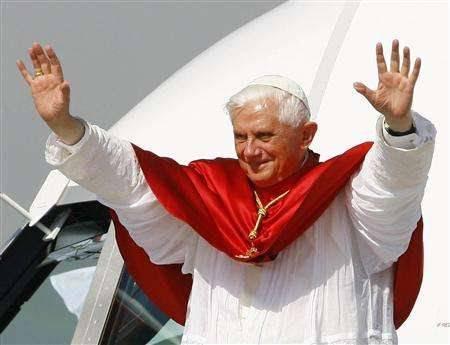 Mario Monti incontra Papa Ratzinger a Fiumicino: la 'benedizione' prima della fiducia alla Camera