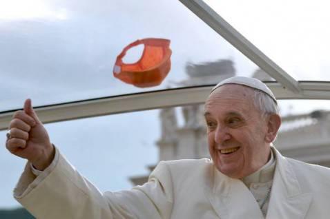 Papa Francesco saluta i fedeli in Piazza San Pietro (VINCENZO PINTO/AFP/Getty Images)