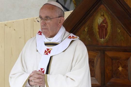 Papa Francesco invita a rispettare ogni essere umano e a pregare per l'Italia