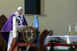 Papa Francesco durante la messa a Lampedusa (ANDREAS SOLARO/AFP/Getty Images)