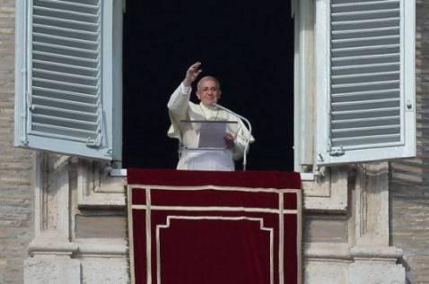 Papa Francesco saluta la folla dalla finestra dell'appartamento pontificio (FILIPPO MONTEFORTE/AFP/Getty Images)