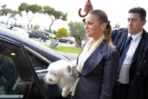 la fidanzata di Berlusconi Francesca Pascale con il cane Dudù (ANDREAS SOLARO/AFP/Getty Images)