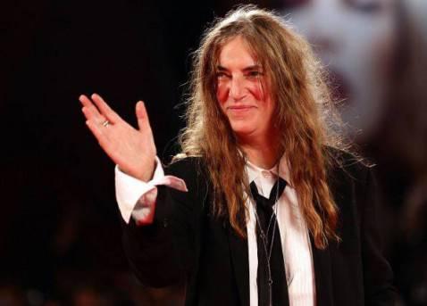patti smith saluta 478x343 Festival di Sanremo 2012 terza serata: Brian May e Patti Smith ridicolizzano le nostre canzonette