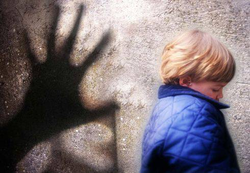 Taranto, tre quindicenni abusano di una bambina di 5 anni
