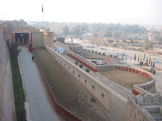 Pakistan: due attentati fanno una strage a Peshawar