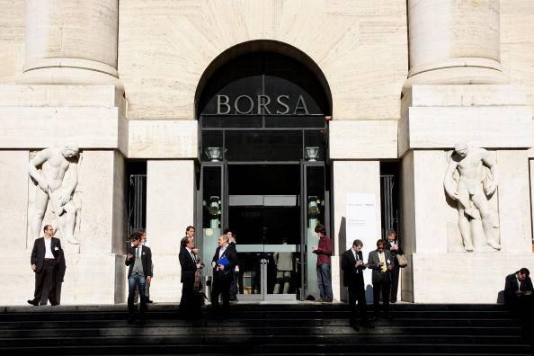Borsa Milano in ribasso. Spread in calo