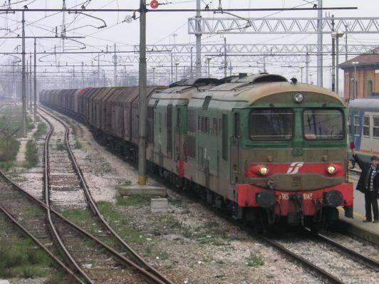 Viareggio: treno merci travolge 3 persone mentre attraversano i binari