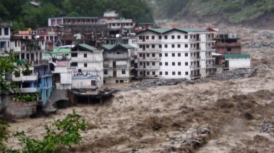 India: quarto giorno di piogge monsoniche. Nord del paese devastato da esondazioni e frane (fotogallery)