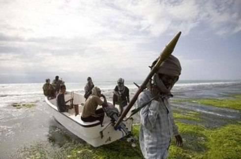 Pirati della Somalia: affare da 150 milioni all'anno, milizie islamiche chiedono il pizzo, la Royal Navy pensa a flotta provata