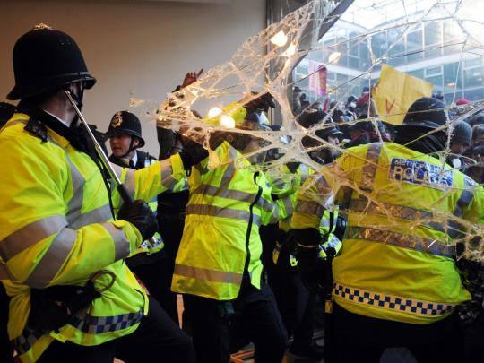 Gran Bretagna, scontri tra polizia e studenti durante la protesta contro l'aumento delle rette universitarie