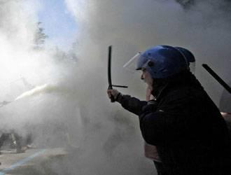 Indignati: tensioni a Bologna davanti alla Banca d'Italia tra polizia e manifestanti