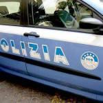 Mamma lancia figlia di 3 anni dal balcone e si getta anche lei nel vuoto: un poliziotto…