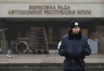 Poliziotto davanti alla sede del Parlamento in Crimea (Getty images)